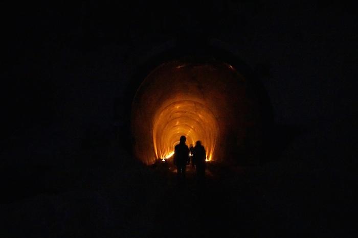 トンネルの中はキャンドルの灯りでほんのりオレンジ色