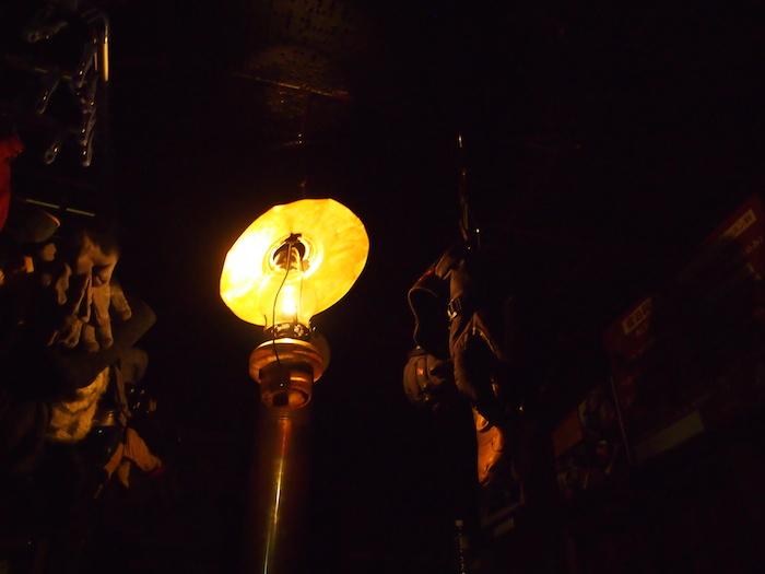 山小屋のランプの光。なんだか物語のようだ