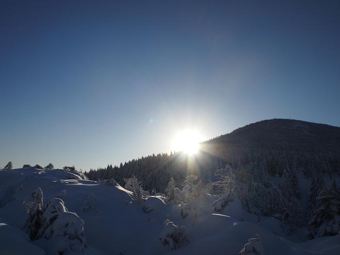 朝日と雪がどちらも眩しく
