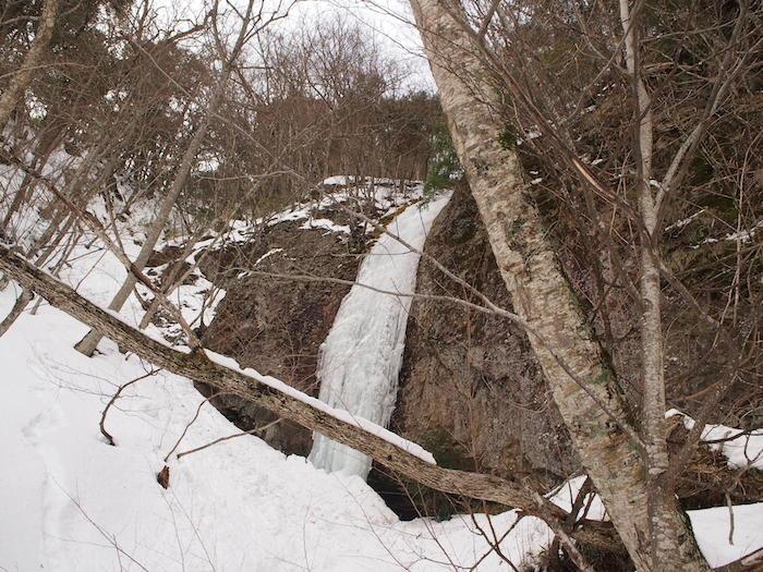 途中で凍る滝を観たり