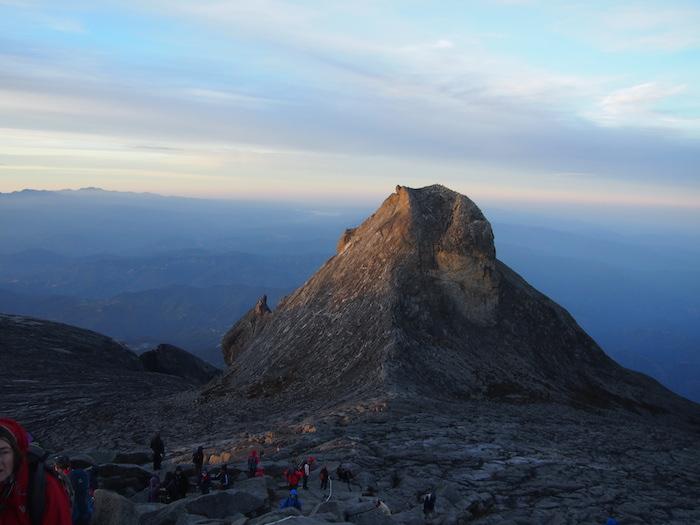 これはマレーシアキナバル山のピーク4095mから眺めたセントジョーンズピーク(ゴリラ岩)