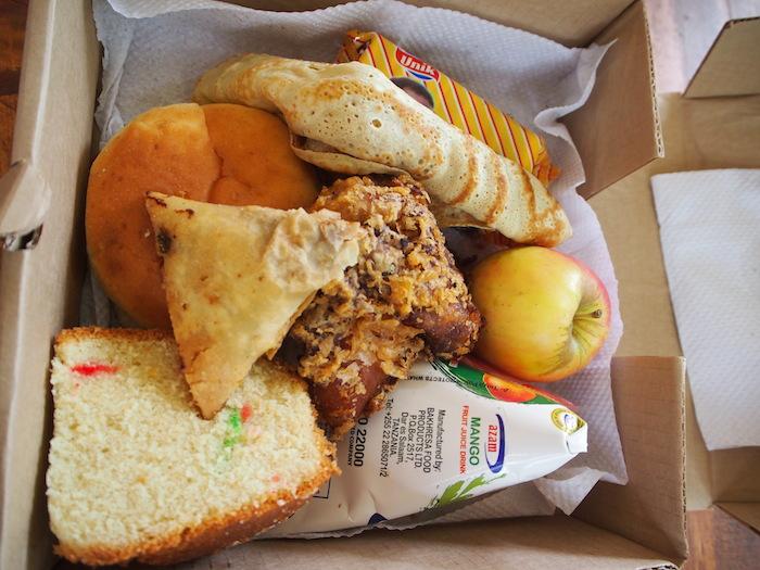 真ん中がチキン、右がリンゴ、手前はマンゴージュース、その他はすべて炭水化物