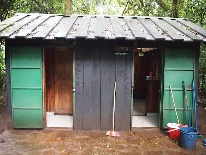 1日目の行程途中のトイレ。ここは最も大きくきちんとしていました。この後のトイレは見事に穴だけ
