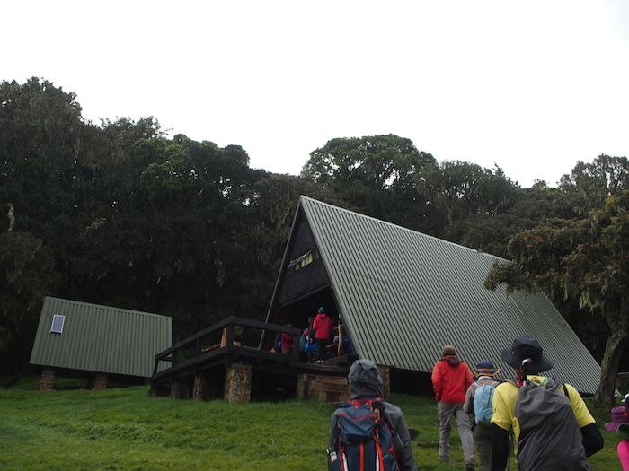 雨が激しくなってきたので山小屋へ避難