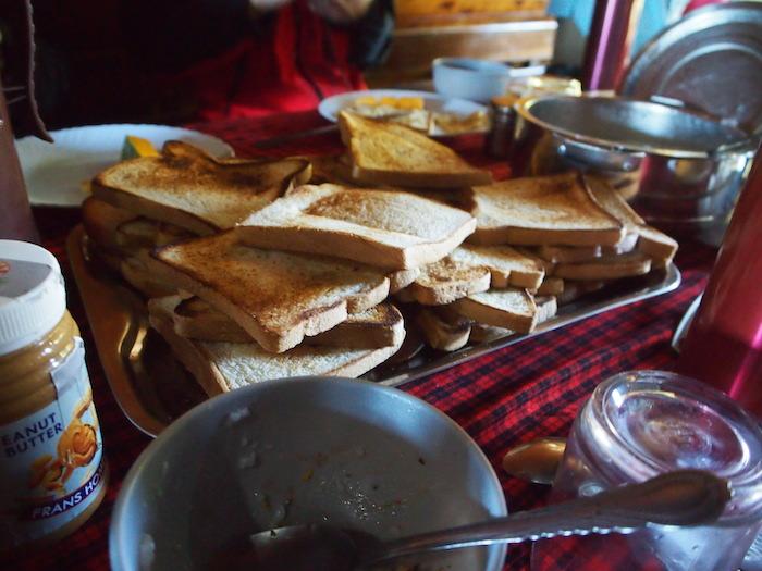 大量のトーストも焼きたてで美味しい。手前のピーナッツバターも甘くないタイプで好み