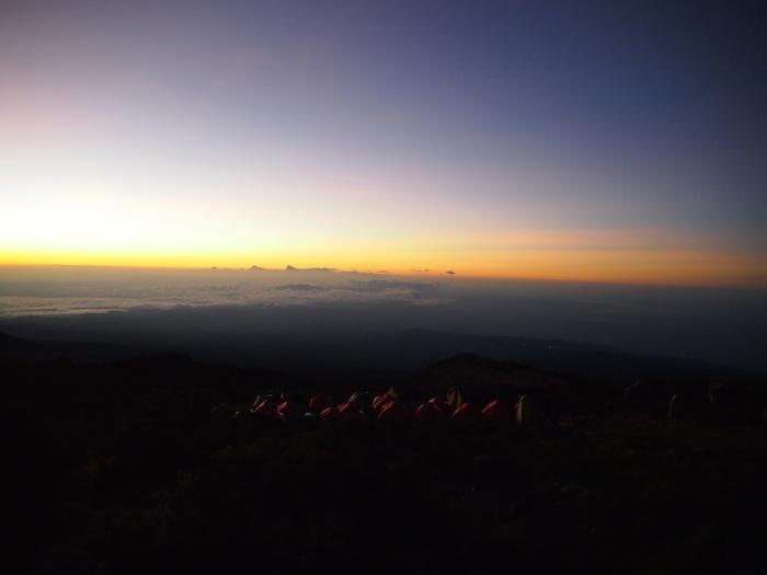 朝日をあびて光る遠くのテント群