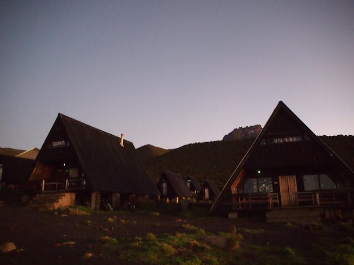 朝日を受けるホロンボハットの山小屋
