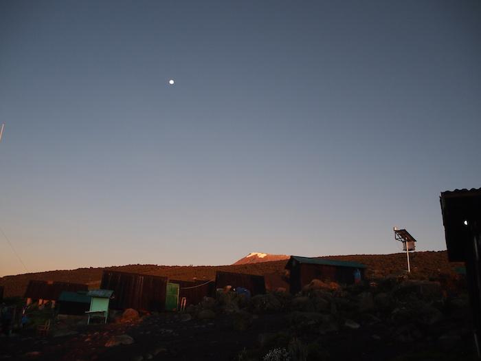遠くに見える雪をかぶった山頂と、月