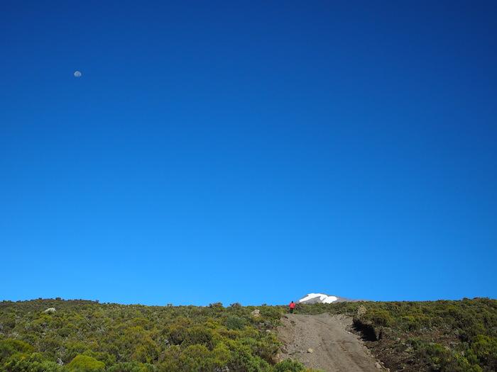 青空の行く手には雪をかぶった山頂が