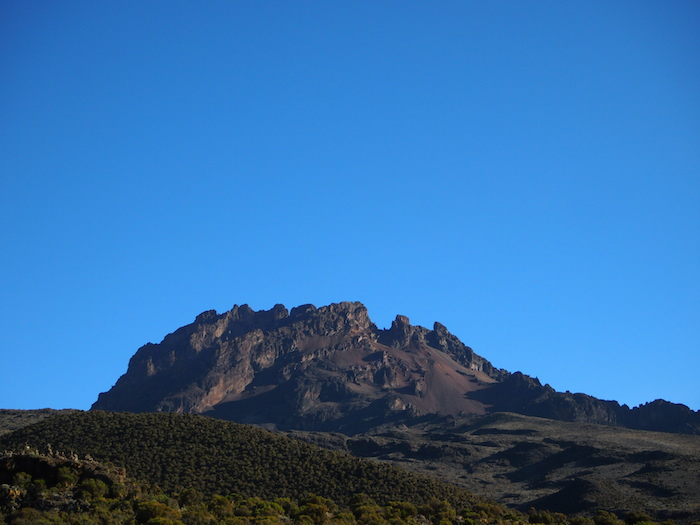 マウェンジ峰の岩肌もくっきり見える