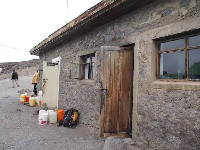 キボハット(4700m)だけはこんな石造りの建物で狭いベッドに雑魚寝でした