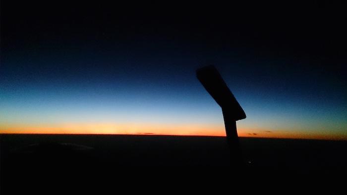 地平線には夜明けのグラデーション