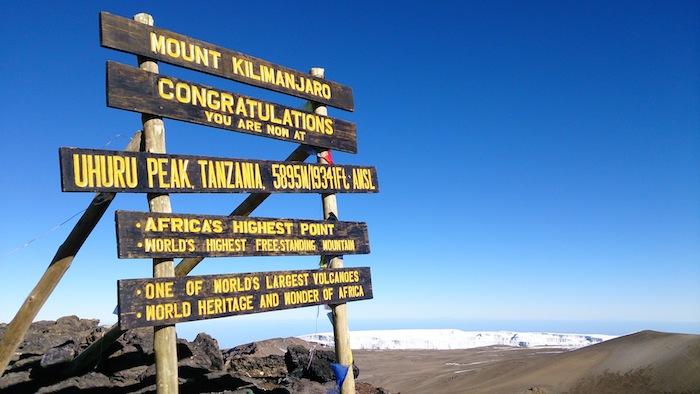 ウフルピーク(5895m)の山頂標