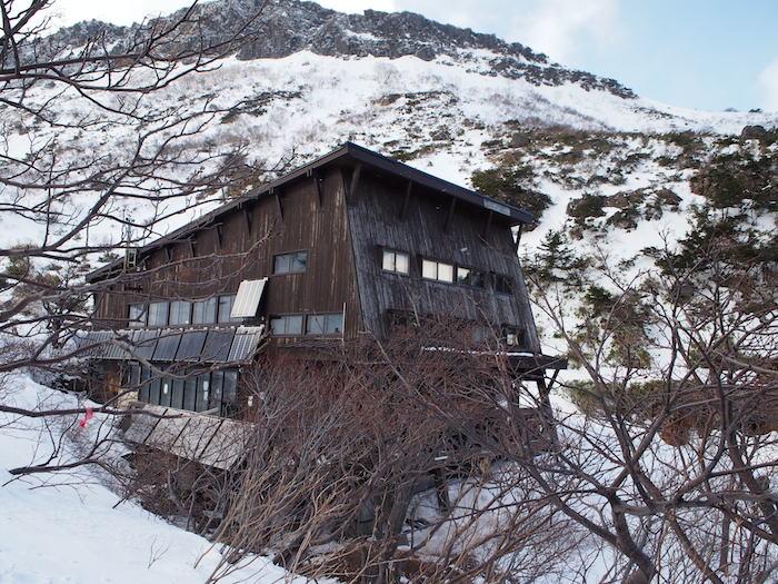 山の中に突然出現する小屋