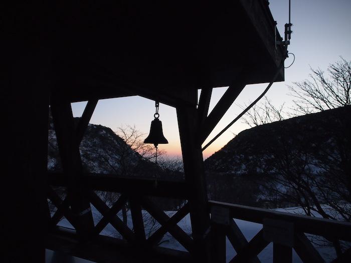 夜明け時。山間が染まってきました