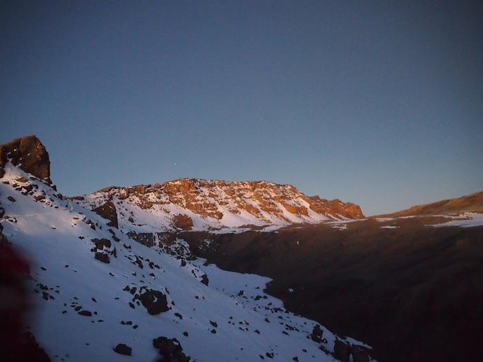 (Nさん撮影)朝日が反射する雪の山壁