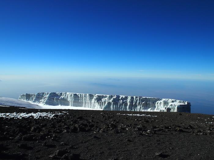 真っ白の中に透き通る水色が見える氷河