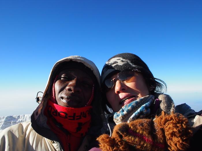 頂上で記念撮影。彼もいつもニッコリ、ホスピタリティの塊だった