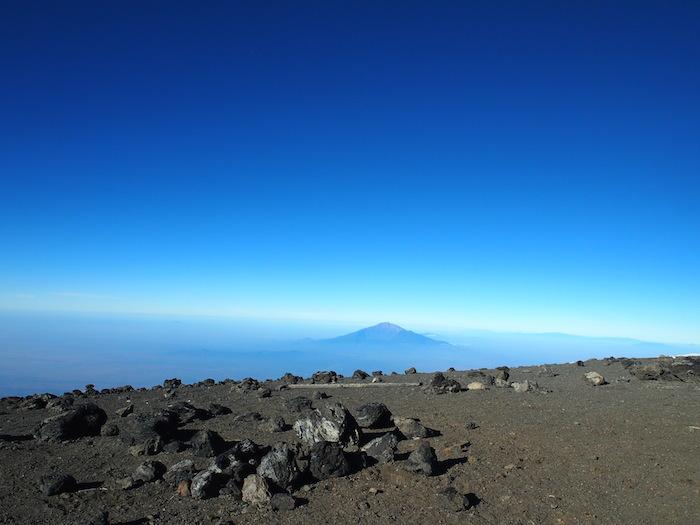 天空の白い砂漠といった風情の頂上から見えたメルー山