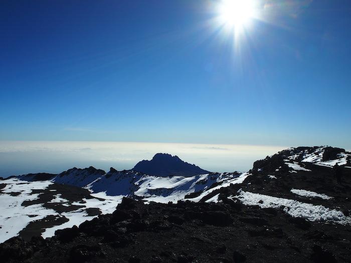 真っ青な空と太陽と山頂。余計なものが何もない世界