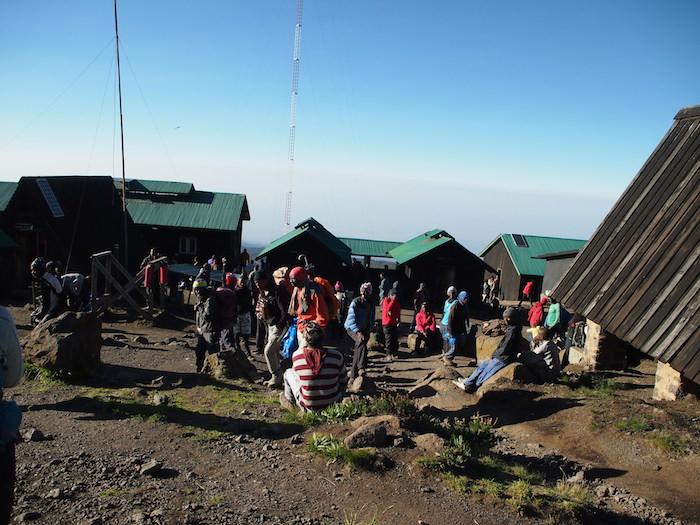 たくさんの登山者、ガイド、ポーターでごったがえすホロンボハット