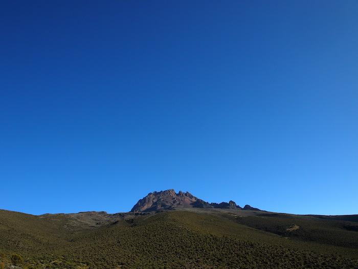 あっという間に小さくなるマウェンジ峰。あれを超す高さに行ったんだなー