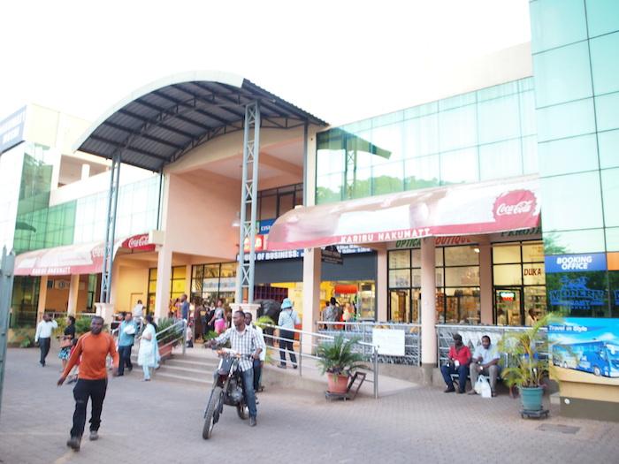 モシの町にあるスーパーマーケット。いきなり都会で戸惑う