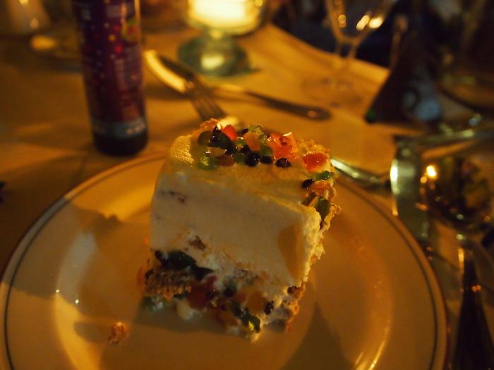 ホテルが用意してくれた豪華なケーキ。フルーツたんまりで甘くて美味しかった