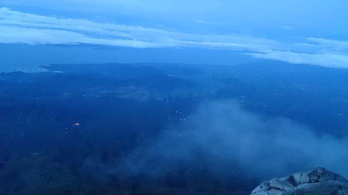 夜明け前は深いブルーのグラデーション