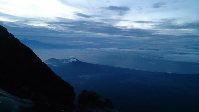 左手奥に見える山のシルエットは隣のロンボク島にあるリンジャニ山3,726m