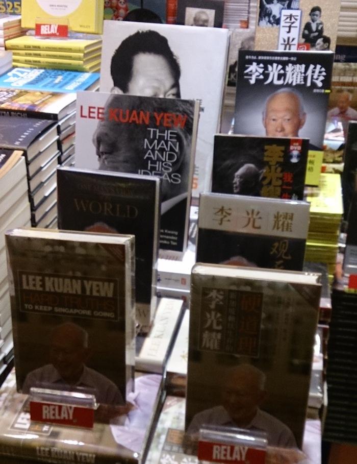 シンガポール経由でした。リー・クアンユー元首相が亡くなったばかりの時だった