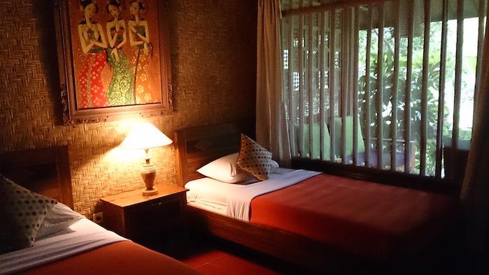 お部屋の中はベッドサイドランプだけ。涼しく、落ち着く室内