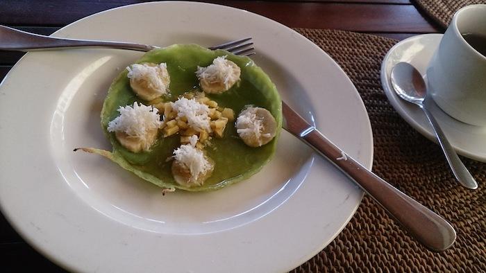 この日の朝食。緑色のがパンケーキ(!)、その上にバナナとココナッツとシロップが! 芸術!!