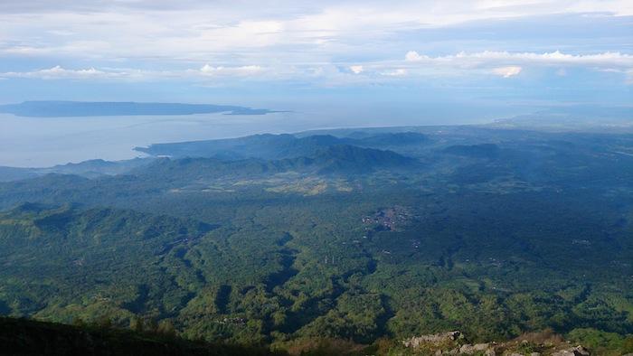 夜がすっかり明けると緑の景色へ。左手奥はムンジャンガン島