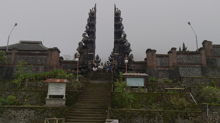 パサールアグン寺院と手をふるバリ人