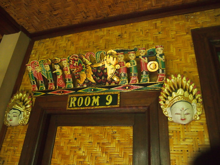 お部屋の上にはこんな装飾があるのもバリならでは。そして葉っぱで編んだ壁の薄さも(笑)