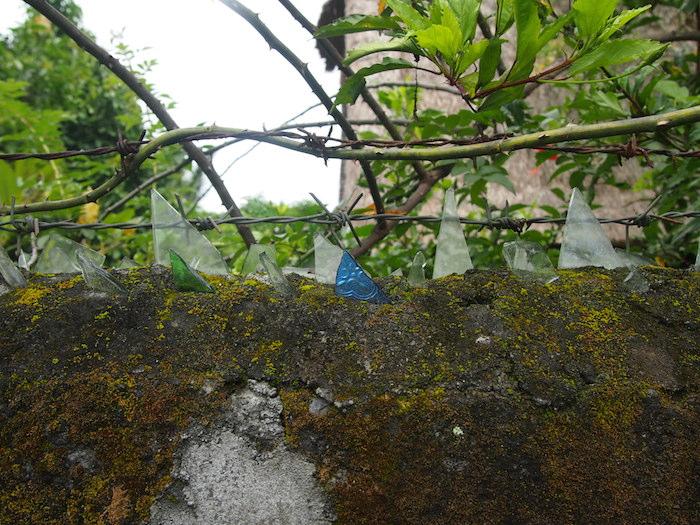 どろぼう除けの、塀の上のガラス