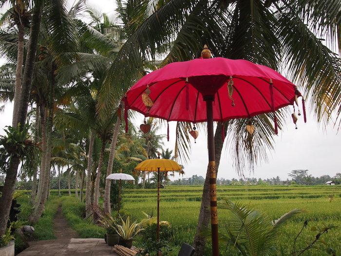 これは儀式に使う傘だけど、ホテルの前にあるものはこんなふうにハートがついていたりする
