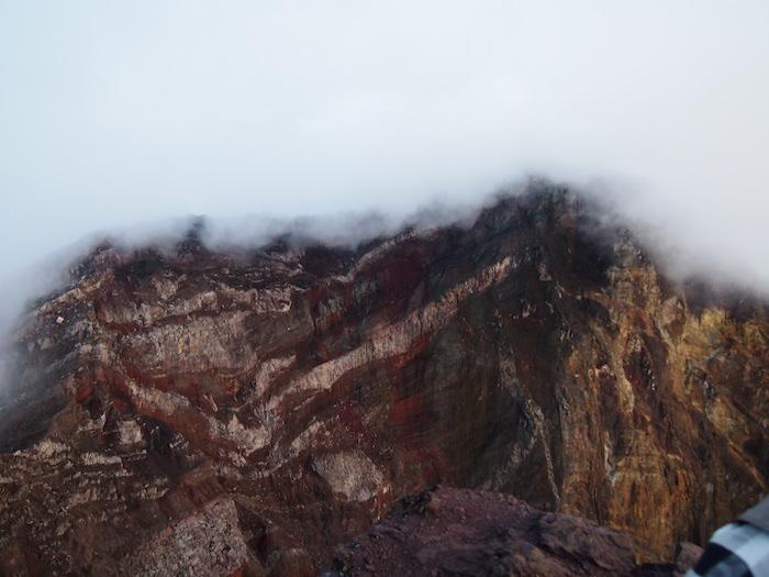 この崖の向こうにもうひとつの頂上が