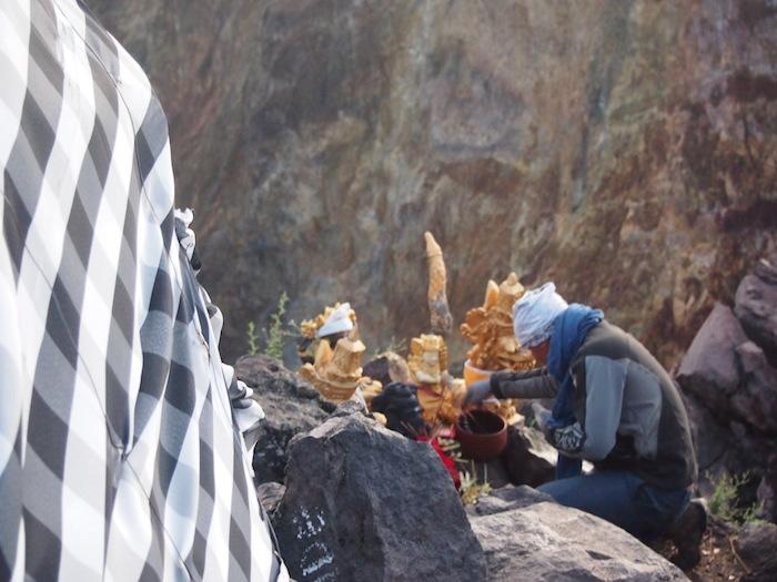 ガイドは登頂直後にお祈りをした後も、入れ替わり立ち代わり祈っていました