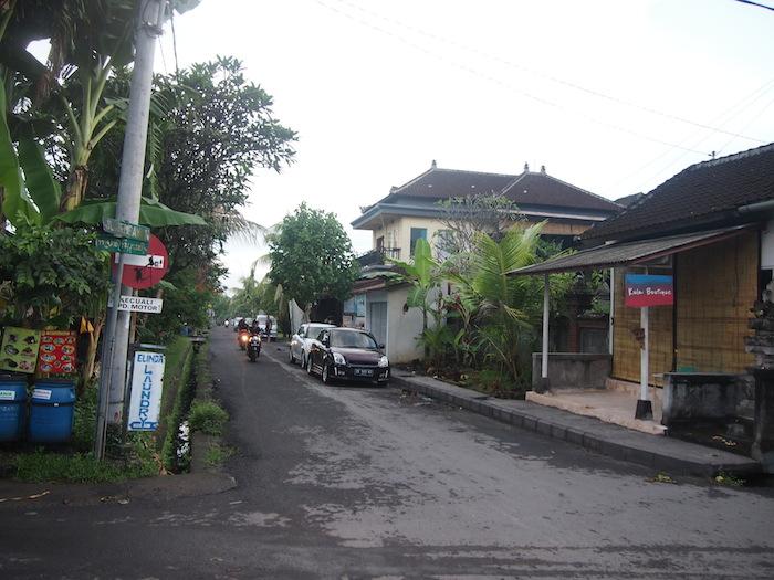 裏通りは昔ながらの町並み。ランドリーショップが手前に見えます