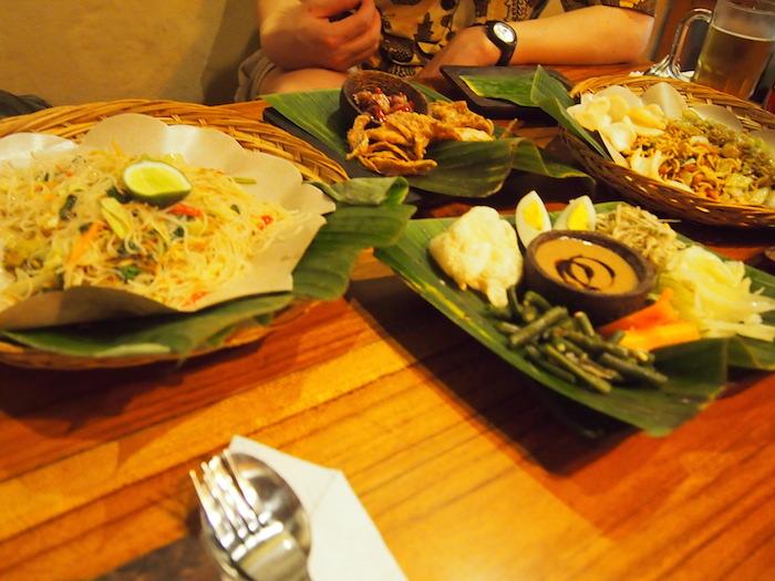 友人と異国で食べる食事は格別