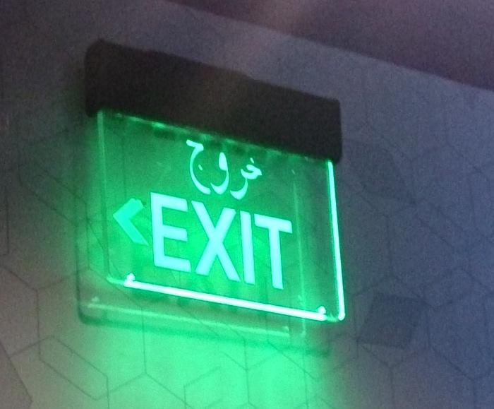 トイレ前の非常口表示もアラビア語