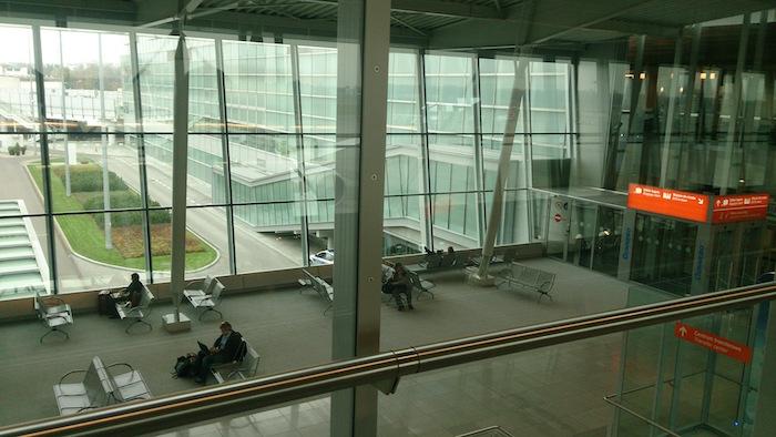 ワルシャワ空港の中。清潔で心地よい空港