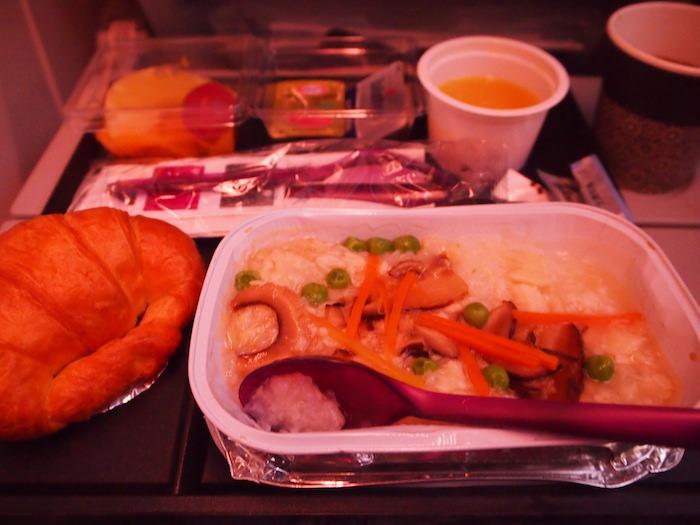 一回めの機内食。豪華ではないけど美味だった!