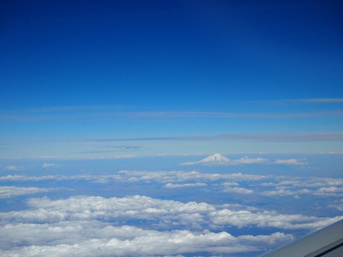 にょっきりと顔を出す富士山のような山