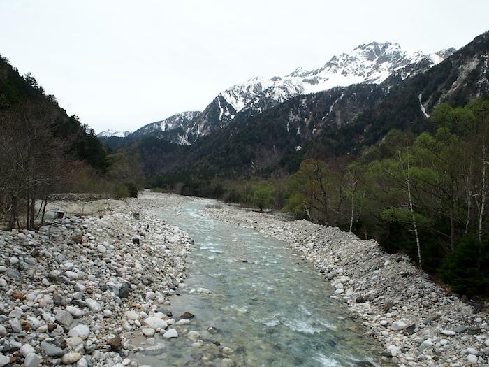 しばらくは川沿いを歩きます。まだ平坦