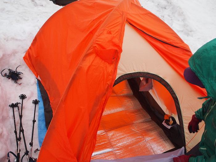 雪上にテントを準備します