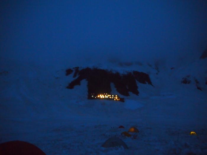 遠くに涸沢小屋のあかりが見える。決死のトイレ帰りにとった一枚