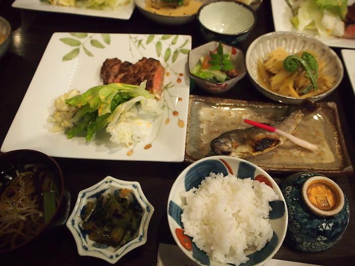 ああ夜ご飯。なんて豪華な。肉あり魚ありのまるでマサラムービー